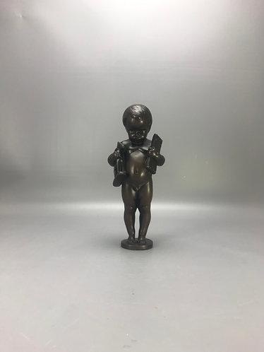 Eug. Wagner bronzen jongen draagt zijn speelgoed