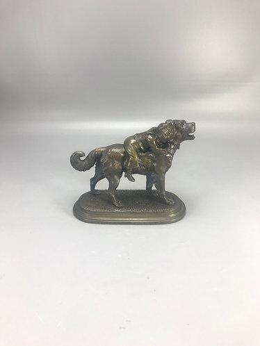 V. Chemin bronzen hond wordt omarmd door zijn vriendje