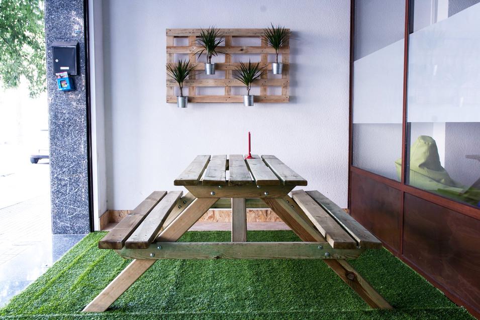 terrassa amb taula de picnic