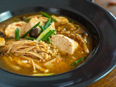 Vegane Suppe mit Tofu, natürlich Thai Style und scharf