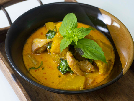 Gaeng Phed Fakthong - Kürbis-Kokos-Suppe mit rotem Curry und Huhn