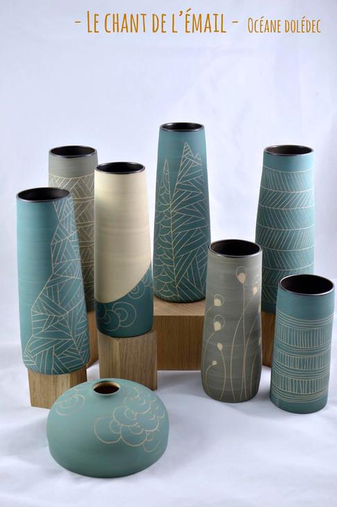Vases en grès de Saint-Amand-en-Puisaye, réalisés artisanalement dans mon atelier du Trièves. Engobe bleu sgraffité à l'extérieur et émail noir à l'intérieur. Multiple motifs  Dimensions (env.): Variable (28 à 65 euros)