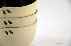 Bols pour un petit thé, un gros café ou un dessert en grès de Saint-Amand-en-Puisaye réalisés à la main. Extérieur grès brut, intérieur émail noir. Découpe en amande   Dimensions (env.): 9*6 cm (12 euros)   Compatible lave-vaisselle et micro-ondes