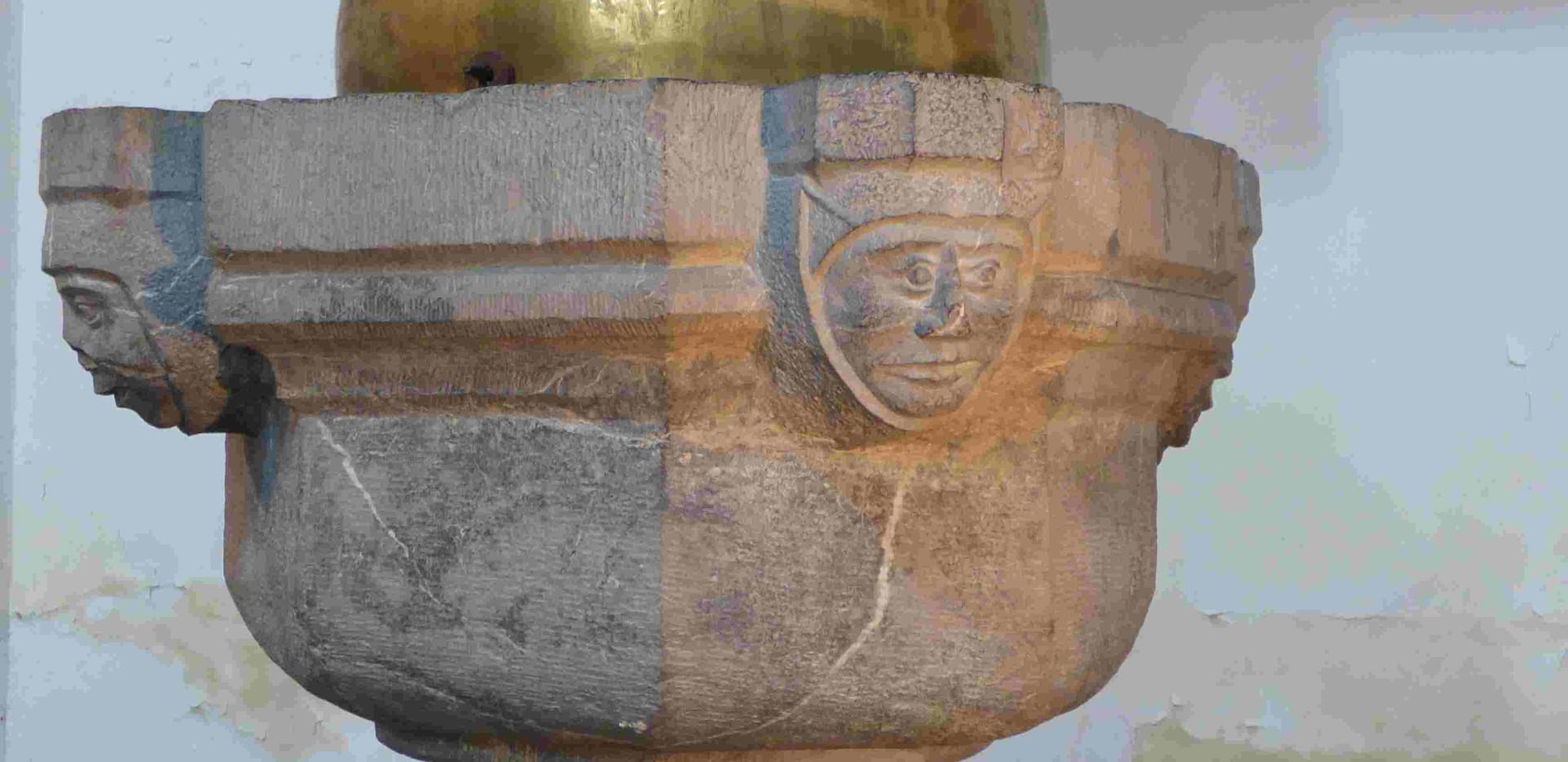 Bénitier à la symbolique intéressante à l'église romane d'Hastière