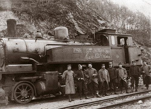 Les sapeurs poseurs de voie de la 6e section du 5e régiment de Genie posent devant la locomotive 130 tender N° 7160 de type T9 Elsass Lothringen. Collection Jean Florin