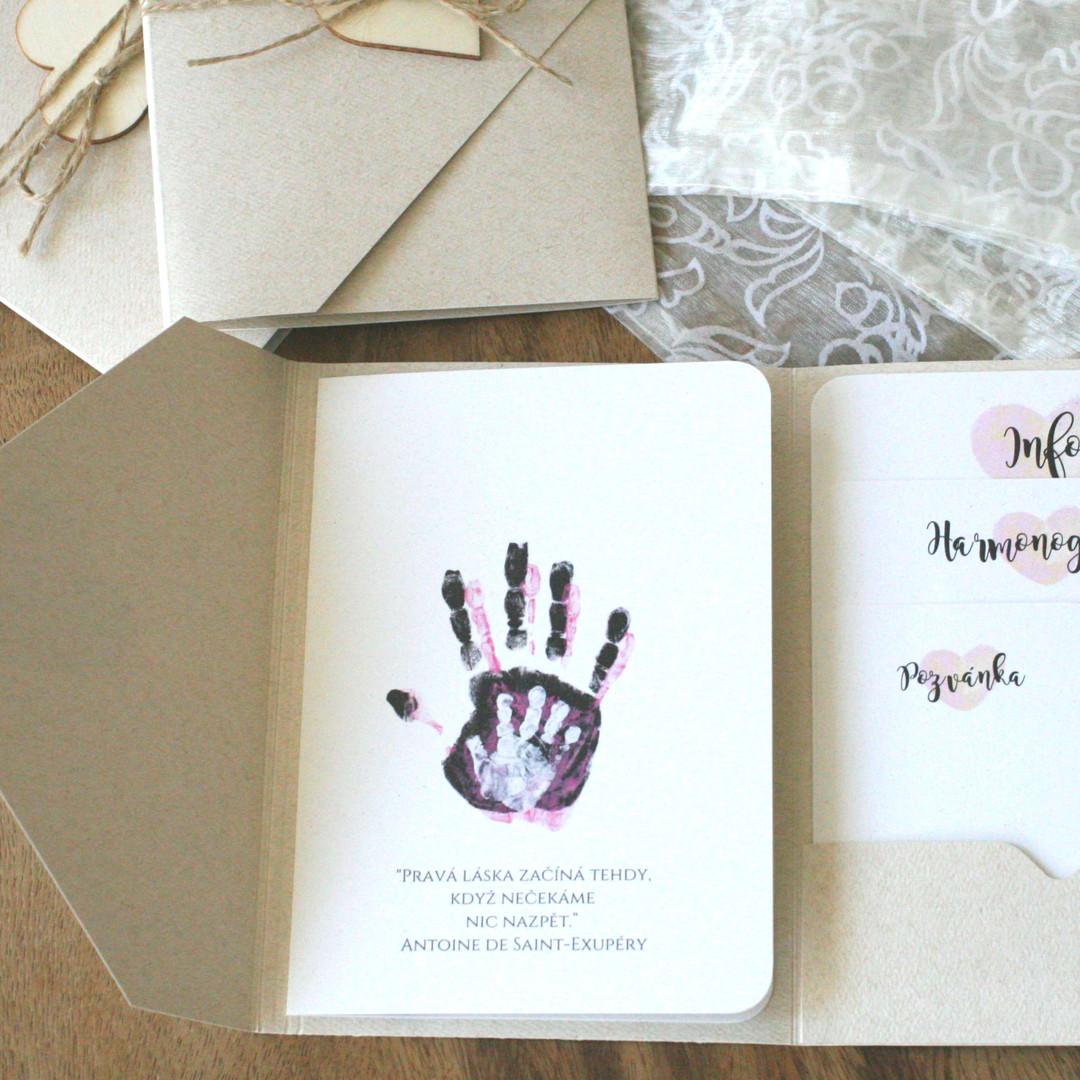 Svatební oznámení s otisky rukou