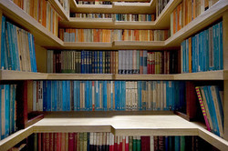 Knihovna a schodiště