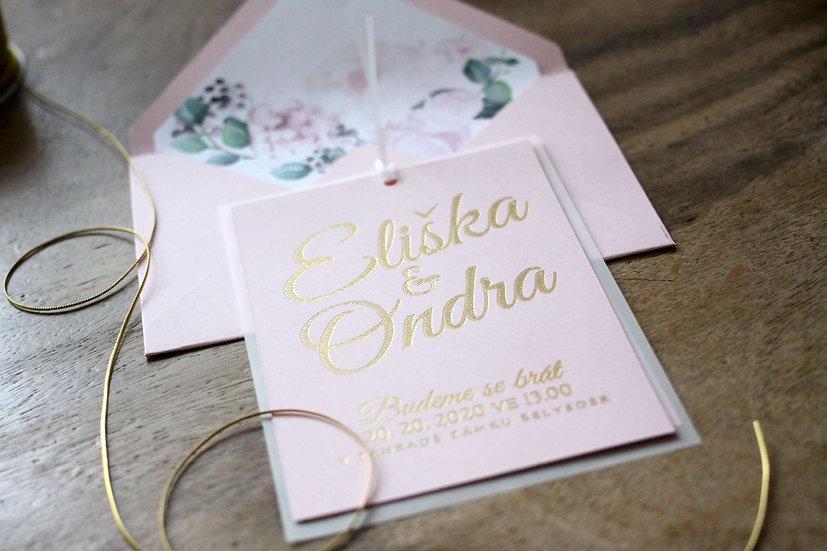Svatební oznámení růžové se zlatým nebo stříbrným písmem podložené průsvitným papírem s obálkouv s pivoňkami