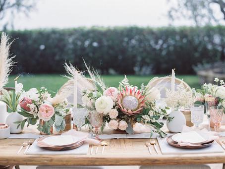 Pudrová růžová je stálicí svatebního dekoru