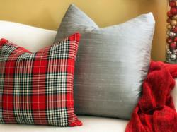 Stříbrný polštář rozjasní červený