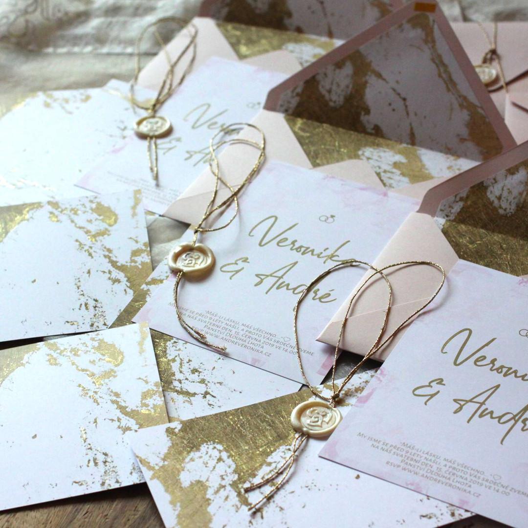 Svatební oznámení Blush a zlatá kaligrafie