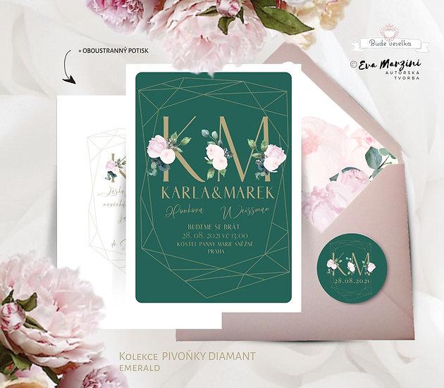 bílé a smaragdové svatební oznámení s pudrovými Pivoňkami v diamantu se zlatými monogramy snoubenců