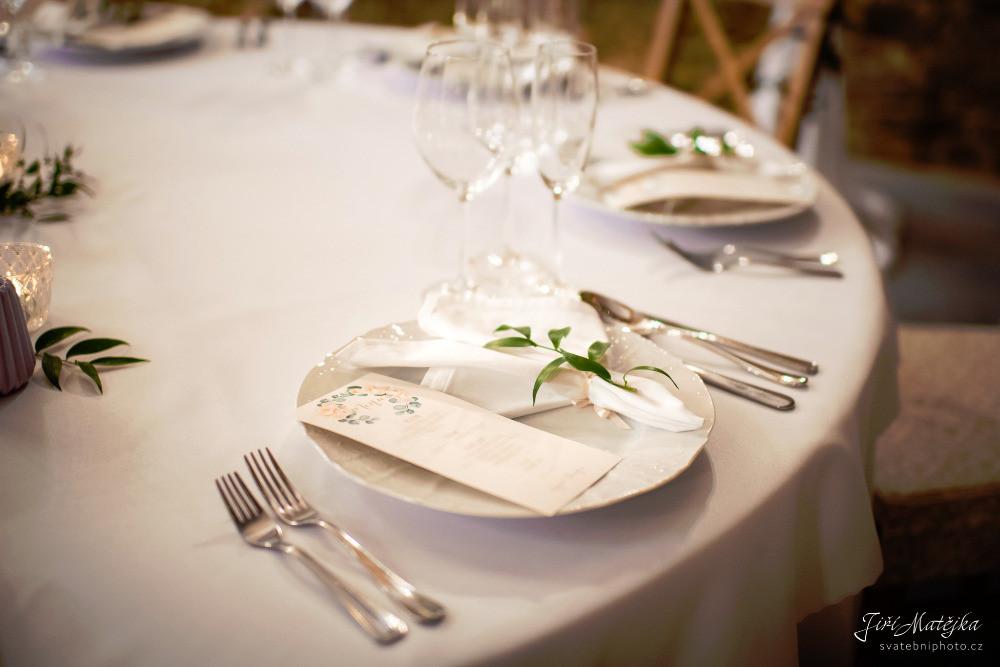 Inspirace na svatební tabuli v bílé, meruňkové a broskvové.