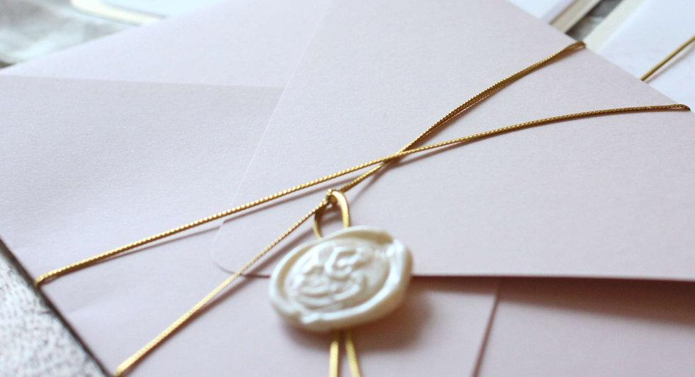 Pečeť, perleťová bílá + zlatá šňůrka