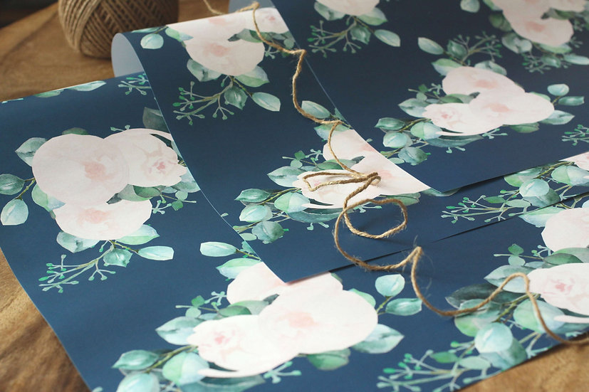 Dárkový balící papír Pivoňky Blush, navy modrý