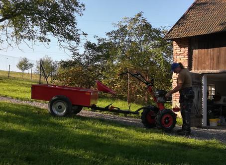 Život v Praze jsme vyměnili za traktor a motorovou pilu. Proč?