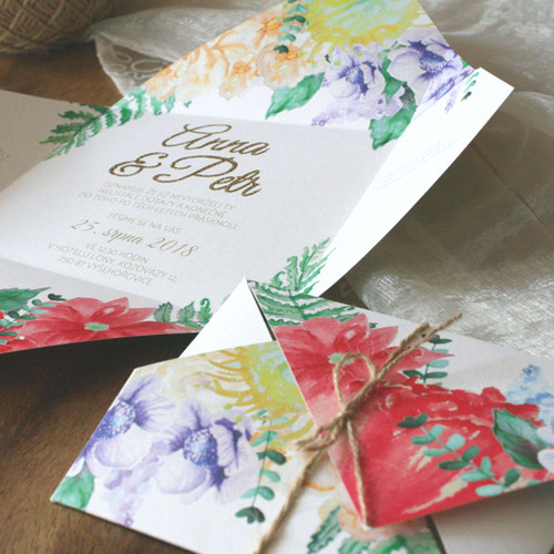 Svatební oznámení s květy v duhových barvách se zlacenými jmény