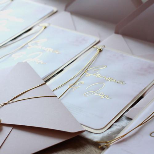 Svatební oznámení Pivoňky ve zlaté kaligrafii
