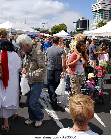 shopping-crowds-takapuna-sunday-street-m