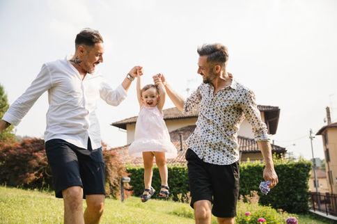 Homopaar met hun dochter nabij een landhuis