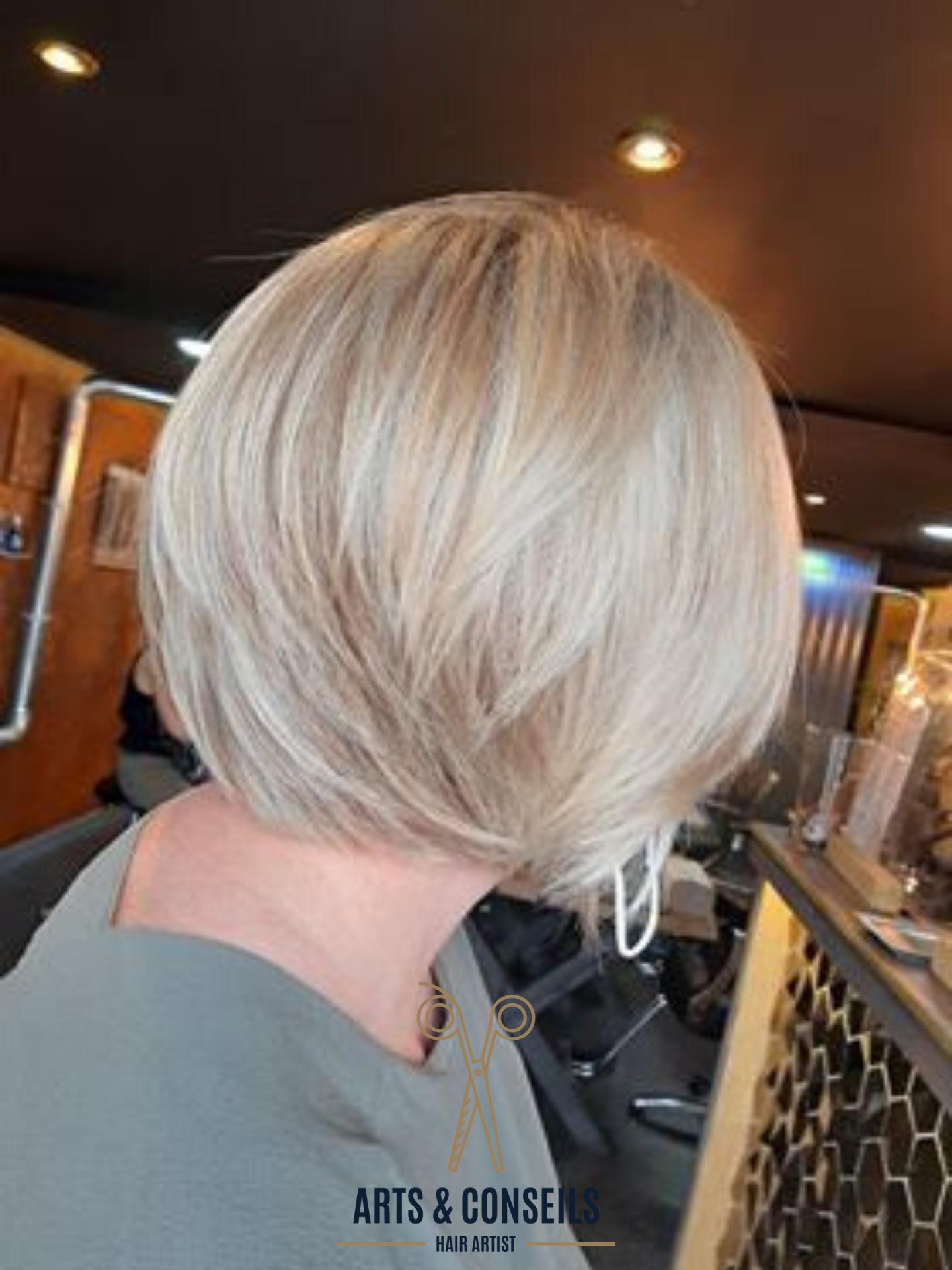 Par Thuy Coupe Dame cheveux blond Coiffu
