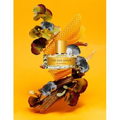 Perfume em montagem 3d, enfatizando o valor conceitual do produto