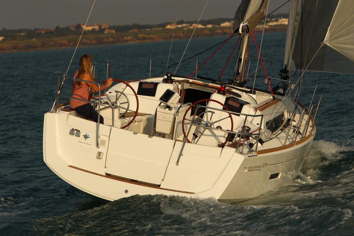 Jeanneau 379 single hand sailing