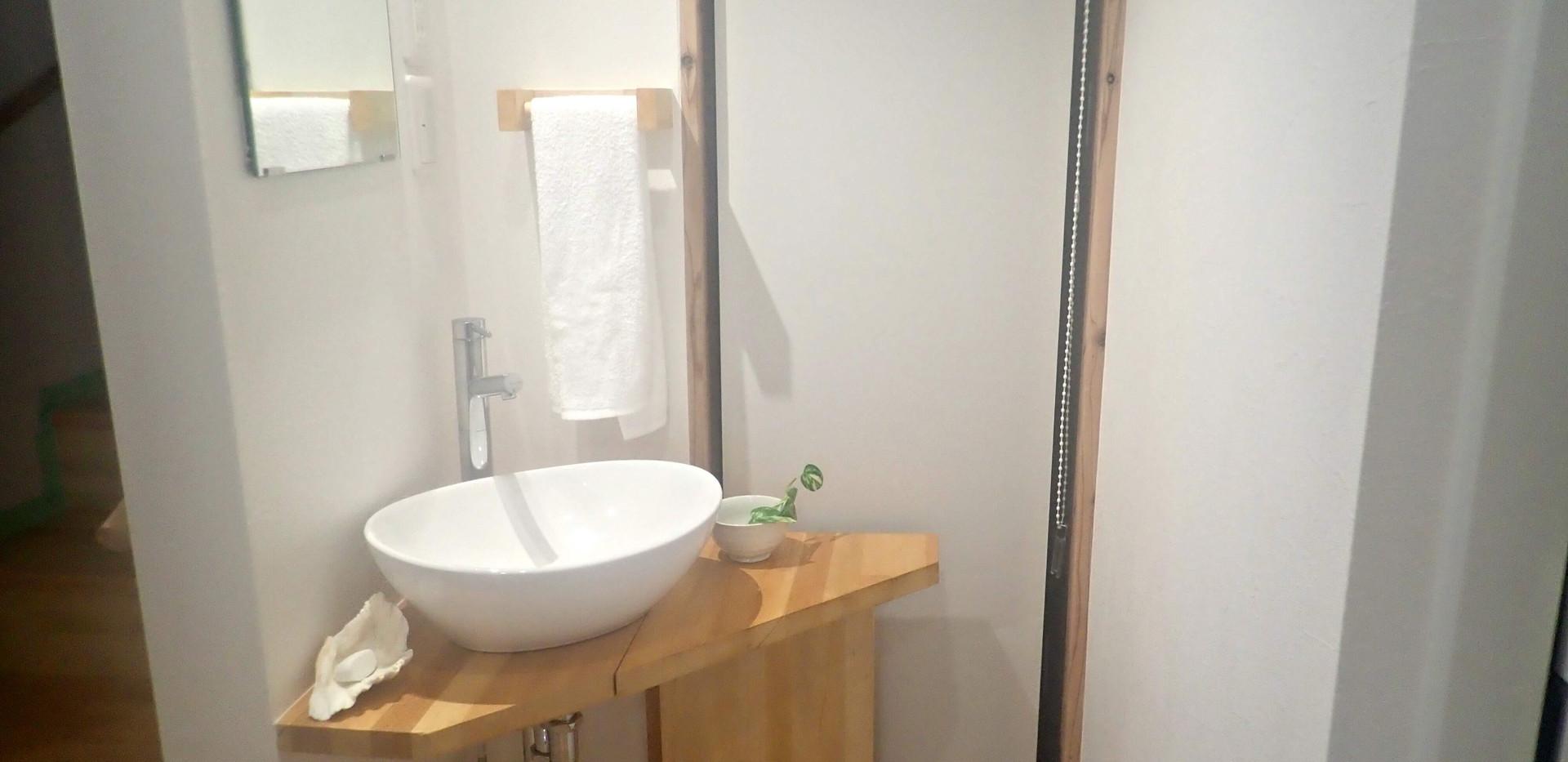 1階洗面台。ここ以外にも家の中全体で洗面台は3つ、手洗いは2つあります。 Wash basin with hot and cold water. There are 2 more in the house