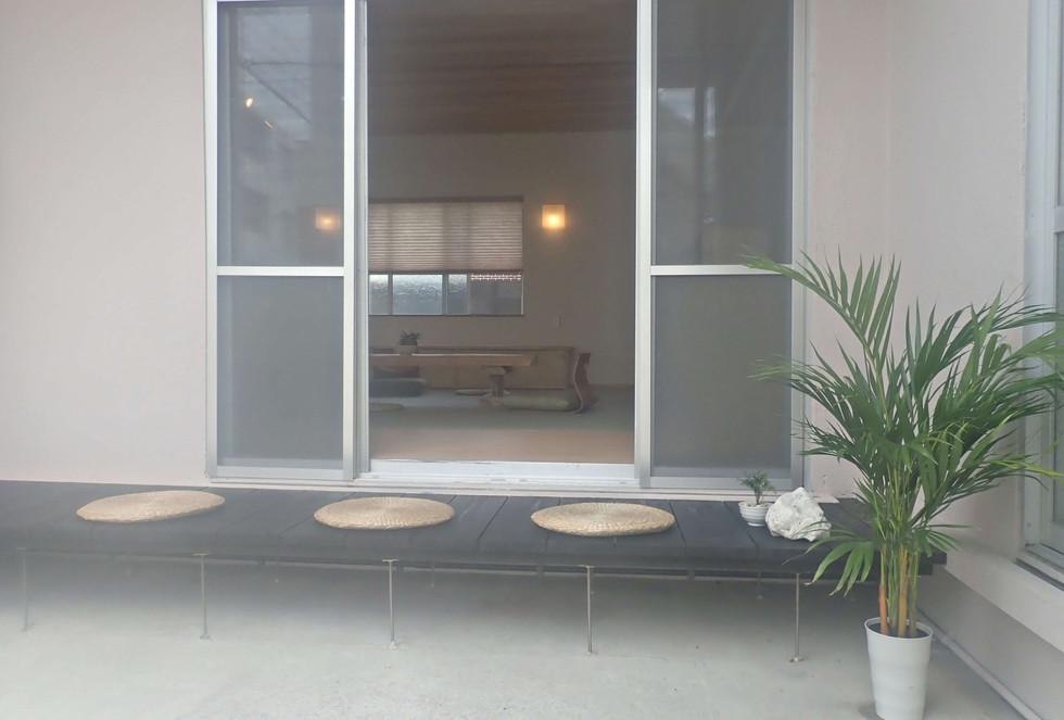リビングに繋がる縁側 Outside of the living room we have small sitting area, where also peaple can smoke