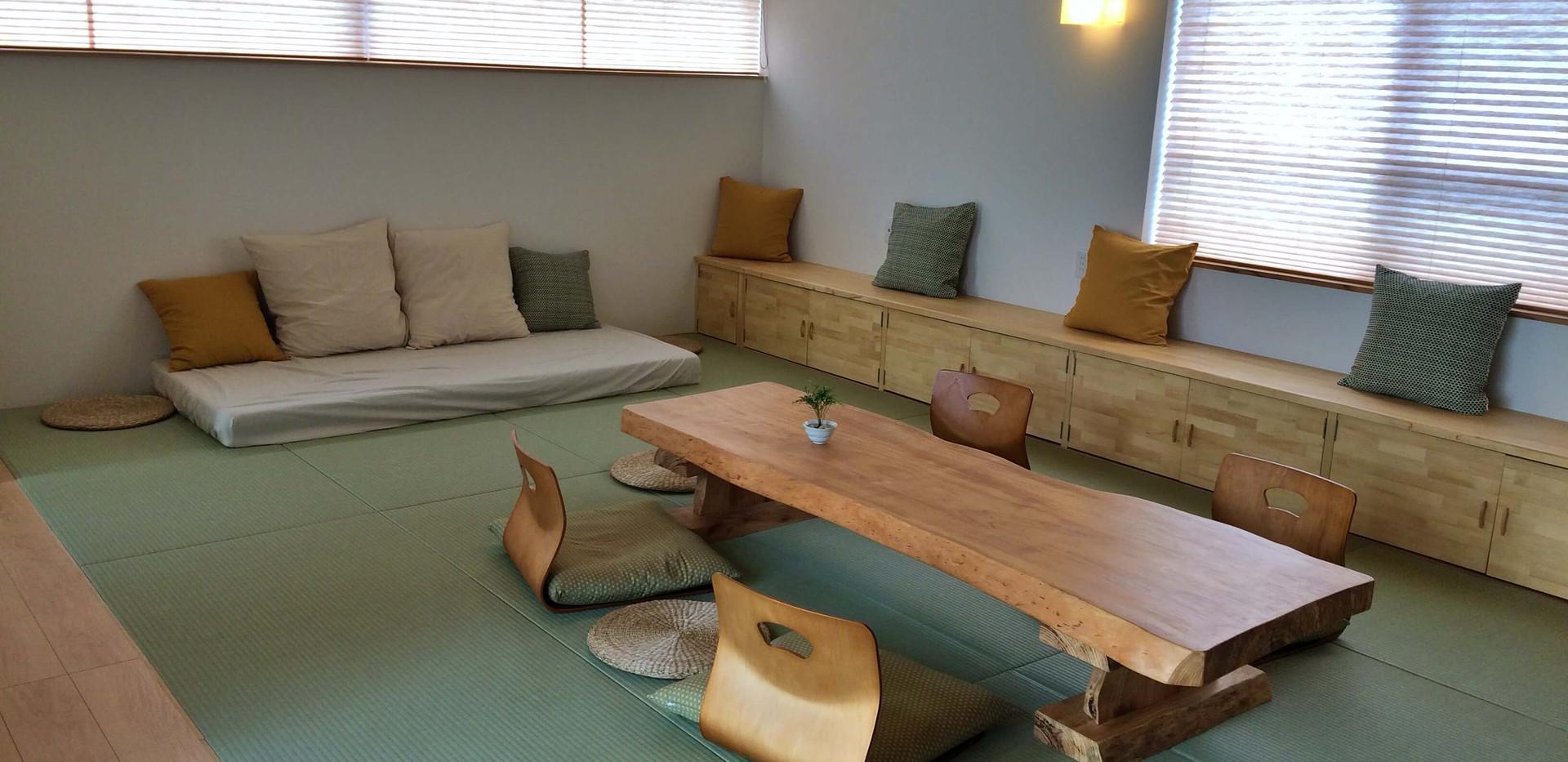 リビングのマットレスでゴロンとなると心地よい眠りに誘われます。 You can take a nap on the sofa in the living room