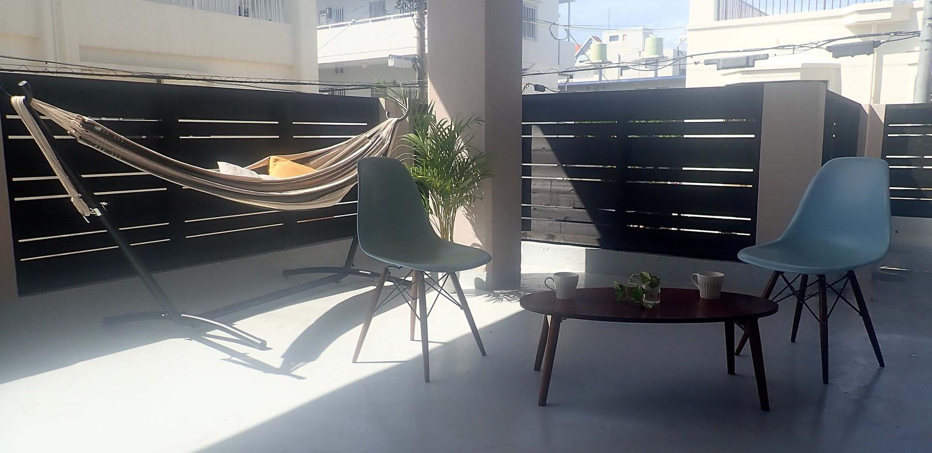バルコニーにあるハンモックでゆっくりしたり、ゆっくりお茶したり。将来はここで卓球もできる様にする予定です。 Laying in the hammock is my favorite.