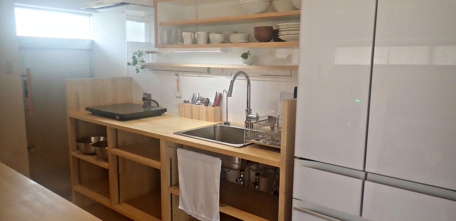 キッチンには自炊に必要なものはほぼ揃っています。電子レンジ/オーブントースター/湯沸かし器/炊飯器/冷蔵庫/冷凍庫/IHコンロ/食器/調理器具/インスタントコーヒー/基本的な調味料(塩・砂糖・醤油・油など) Fully equipped open kitchen.
