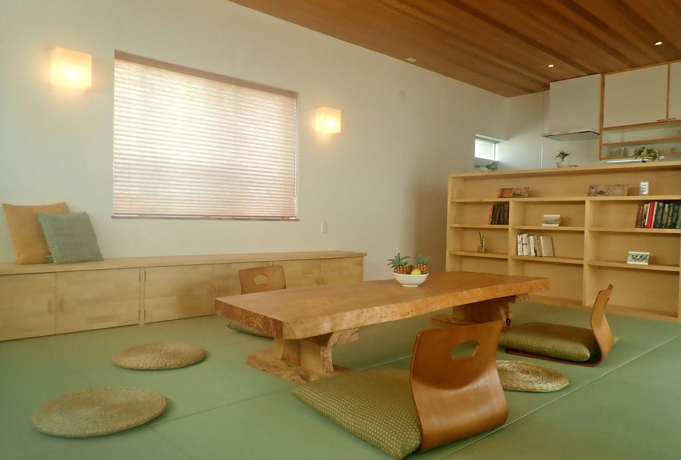 琉球松のテーブルや米杉の天井など木の温もりに溢れた空間です。 The table is made of the pine from this island and the ceiling of red ceder.