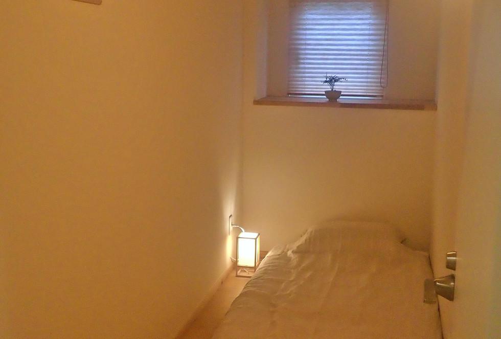 シングルカプセルルーム。2,7畳ほどの細長いお部屋。3900円〜 Single capsul room (4.2 squre meter) 3900yen~
