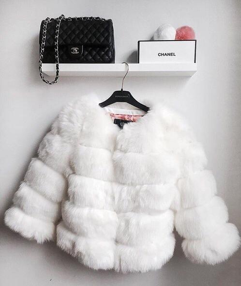 Overtøj kan definere en kvindes look. Denne sæsons overtøj tilpasser sig vejret i stil. Pak dig ind i pels, dun eller falsk pels på de koldeste dage.