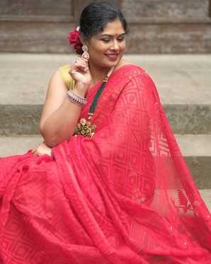 Bengal Looms Diva: Vrushali from New Jersey looking absolutely fabulous in her Soft Jamdani Saree from Bengal Looms.g
