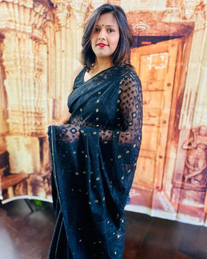 Bengal Looms Diva: Sukanya looking absolutely fabulous in her Jamdani Saree from Bengal Looms.  Thank you Sukanya for sharing this beautiful picture with us.