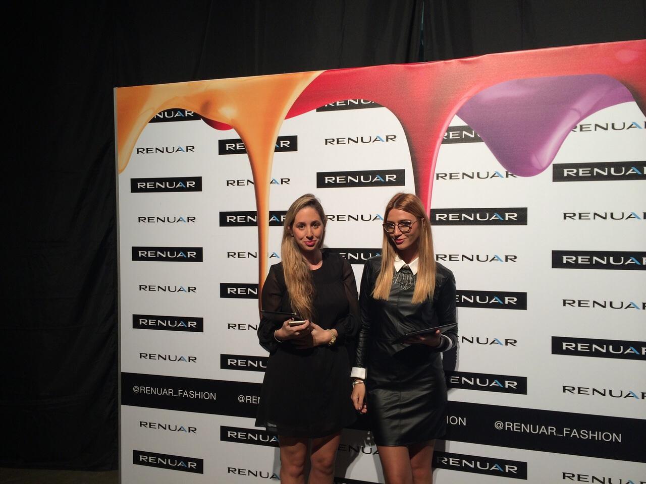 דיילות רישום בתצוגת אופנה של רנואר