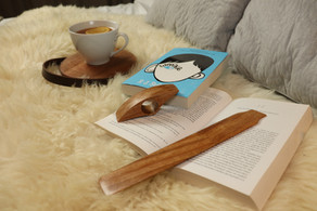 Wooden bookmark and thumb page holder
