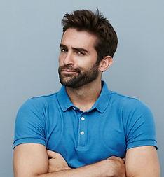 Junger Mann mit blauem Hemd