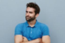 青いシャツと若い男