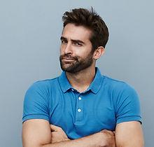Giovane con la camicia blu