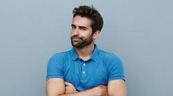 Jeune homme avec la chemise bleue