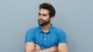 Homem novo com camisa azul