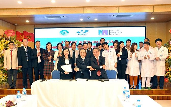 Hợp tác thử nghiệm lâm sàng thủy tinh thể do Việt Nam sản xuất