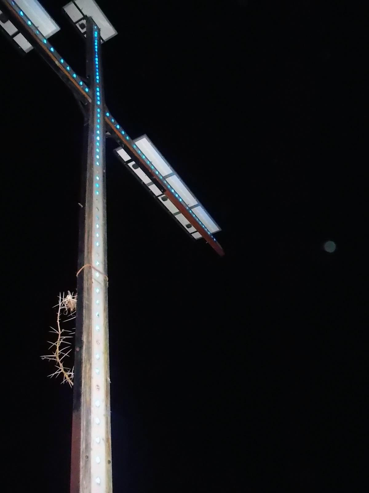Das Kreuz ist am Abend beleuchtet