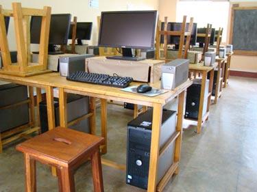 Die selbst entworfenen Computertische aus unserer Schreinerei
