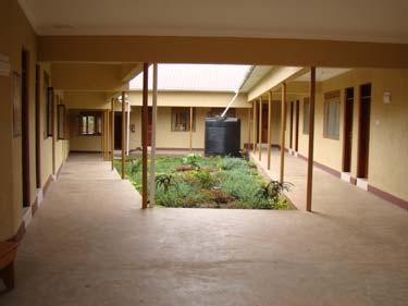 Innenhof - links Zahnarzt, rechts Klinik