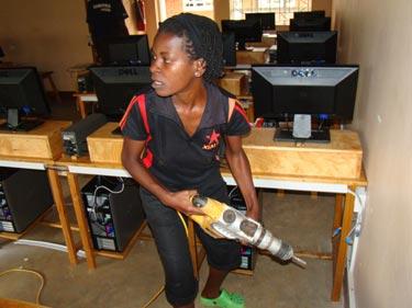 Wer behauptet, Mädchen könnten keinen Bohrhammer bedienen!?