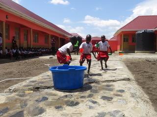 Ein Wasserwettbewerb der Kinder